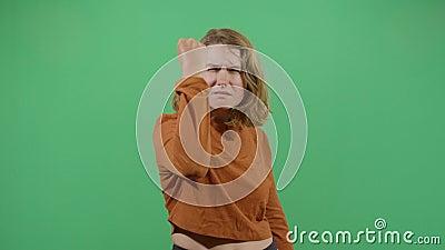 Mulher protestando com punho apertado filme