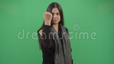 Mulher protestando com punho apertado vídeos de arquivo