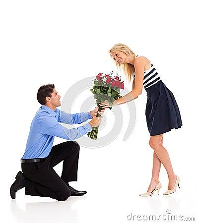 Mulher que aceita rosas