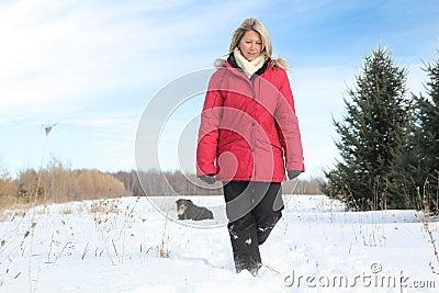 Mulher que anda com cão