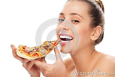 Mulher que come a fatia de pizza