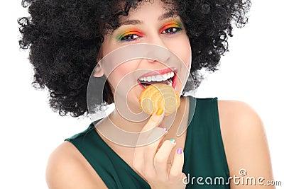 Mulher que come o biscoito
