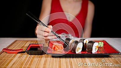 Mulher que come o sushi vídeos de arquivo