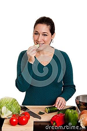 Mulher que cozinha na cozinha