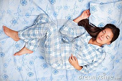 Mulher que dorme na cama