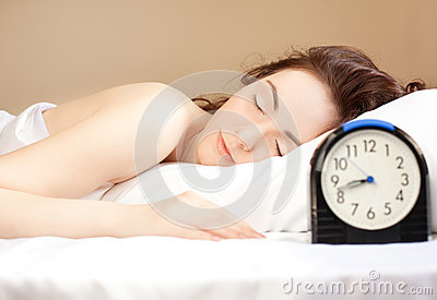 Mulher que dorme na cama (foco na mulher)