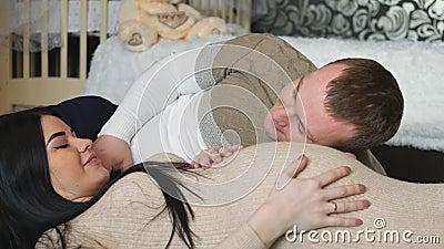 Mulher que espera o bebê O relacionamento entre um homem e uma mulher ao esperar o bebê video estoque