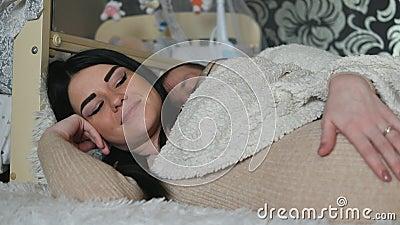 Mulher que espera o bebê O relacionamento entre um homem e uma mulher ao esperar o bebê vídeos de arquivo