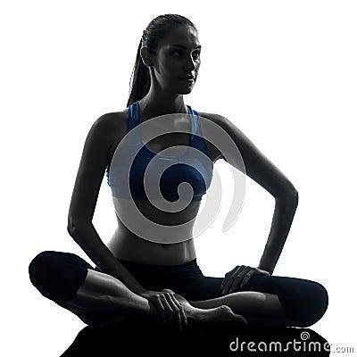 Mulher que exercita a ioga que meditating