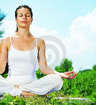 Mulher que faz o exercício da ioga