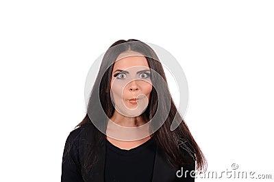 Mulher que faz uma face engraçada