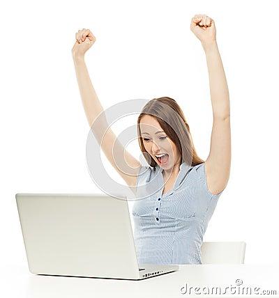 Mulher que levanta seus braços na frente do portátil