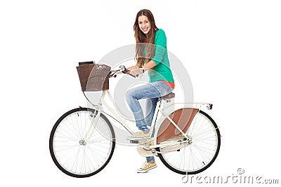 Mulher que monta uma bicicleta