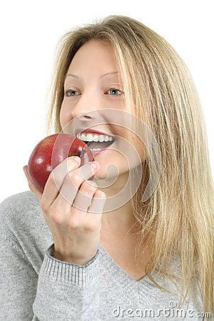 Mulher que morde em uma maçã