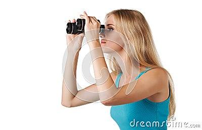 Mulher que olha através dos binóculos