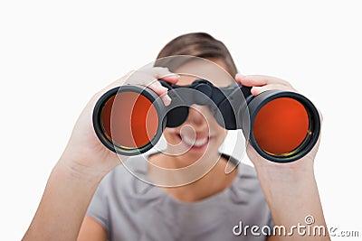 Mulher que olha através dos spyglasses