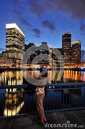 Mulher que olha a skyline de Boston
