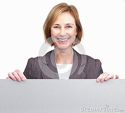 Mulher que prende a placa em branco na parte dianteira