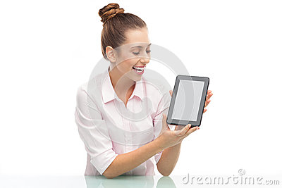 Mulher que prende a tabuleta digital