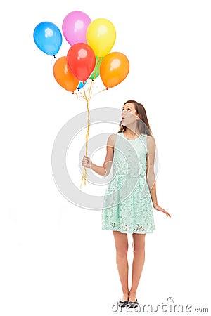 Mulher que prende um grupo dos balões