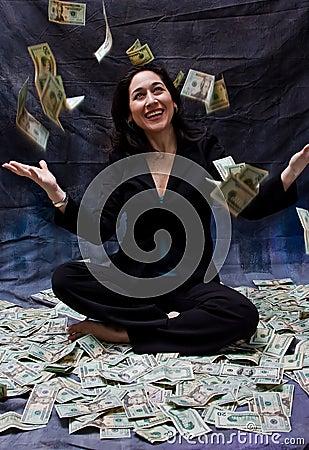 Mulher que recebe o dinheiro