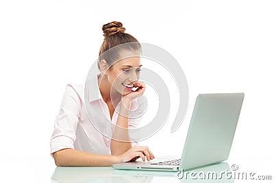 Mulher que senta-se com um portátil