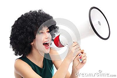 Mulher que shouting através do megafone