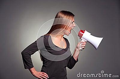 Mulher que shouting no altifalante