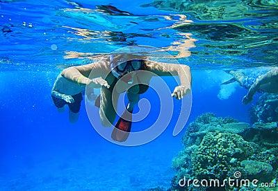 Mulher que snorkeling no Mar Vermelho