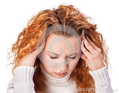Mulher que sofre da dor de cabeça