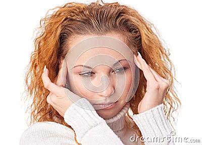 Mulher que sofre da dor de cabe