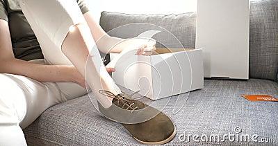 Mulher que testa o estilo novo do derby das sapatas no sofá vídeos de arquivo