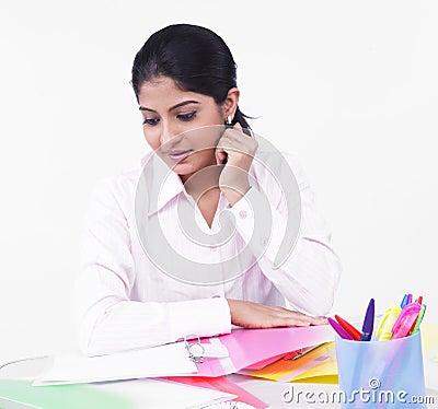 Mulher que trabalha em sua mesa de escritório