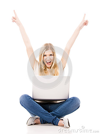 Mulher que trabalha em um portátil