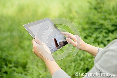 Mulher que usa a tabuleta digital de Apple Ipad