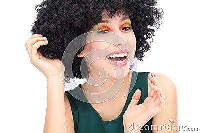 Mulher que veste a peruca afro preta