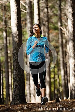 Mulher running da floresta
