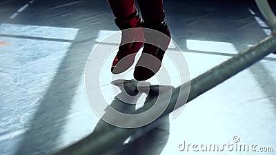 A mulher salta com corda de salto no anel de encaixotamento vídeos de arquivo
