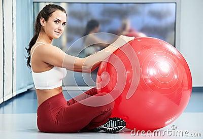 Mulher saudável feliz com esfera da aptidão