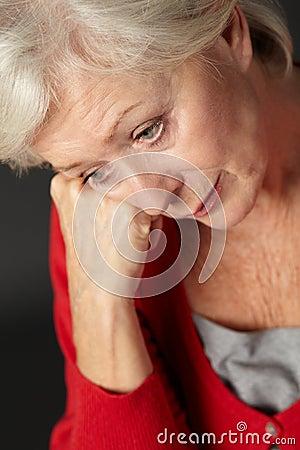Mulher sênior que sofre da depressão