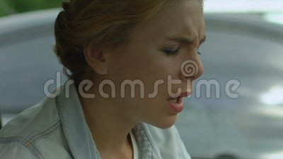 A mulher sofre da dor de cabeça severa, dor crônica, complicações após a gripe filme