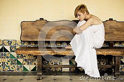 Mulher solitária no banco