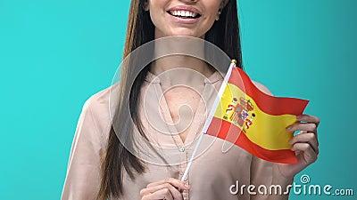 Mulher sorridente com bandeira azul espanhola, investimento estrangeiro, nação filme