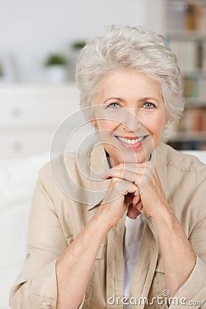 Mulher superior de sorriso feliz