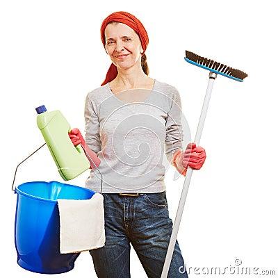 Mulher superior que faz a limpeza da primavera