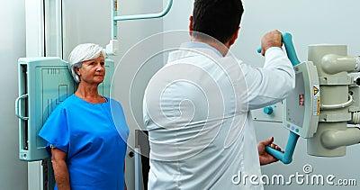 Mulher superior que submete-se a um teste do raio X filme