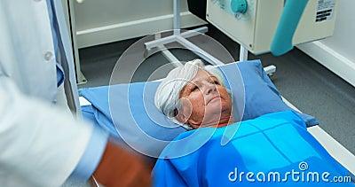 Mulher superior que submete-se a um teste do raio X vídeos de arquivo