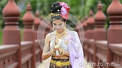 Mulher tailandesa no traje tradicional de Tailândia video estoque