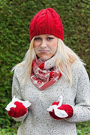 A mulher tem um frio e tem um frio