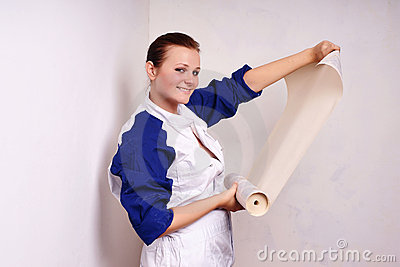 A mulher tenta sobre wall-papers murar